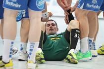 Dalibor Doder (GWD Minden) wird von Spielern des TBV Lemgo aufgeholfen