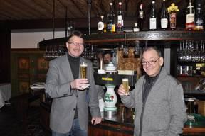 Hr. Haizmann von der Kronenbrauerei und SG-Chef Peter Kiener stoßen auf die...