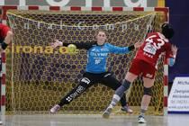Ann-Cathrin Giegerich (Torwartin/SG BBM Bietigheim) im 7 Meter Duell mit...