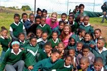 Leonie Schweinsteiger mit Kindern in Südafrika
