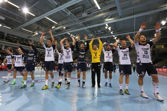 Sören Rasmussen und Michael V. Knudsen mit ihren Flensburger Teamkollegen