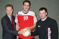 Michael Herrmann (Mitte) wird als erster Neuzugang von Abteilungsleiter Ronald...