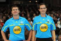 DHB Schiedrichter Lars Geipel (Steuden) und Marcus Helbig (Landsberg, rechts)...